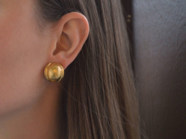 Elizabeth Locke Gold Puff Medium Oval Gold Earrings