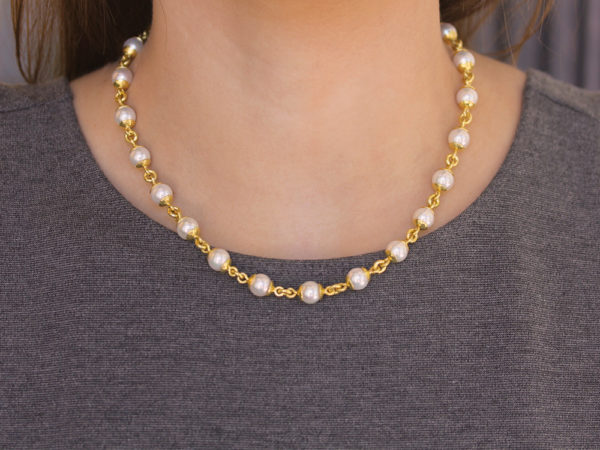 "Elizabeth Locke 17"" 8-8.5mm Akoya Pearl And Gold Link Necklace With Circle Clasp Necklace model shot #3"