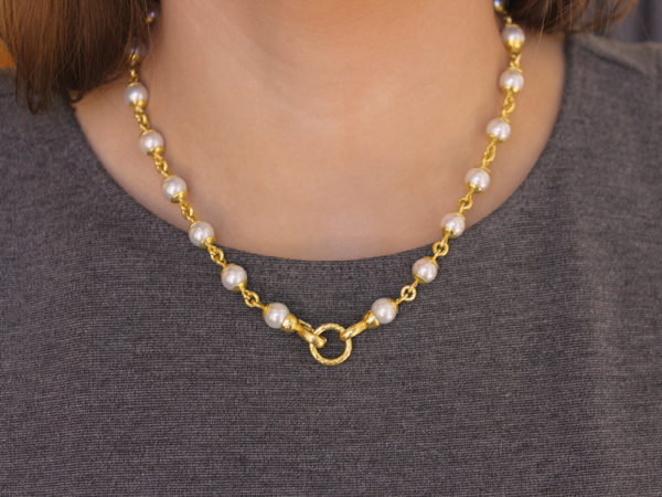 "Elizabeth Locke 17"" 8-8.5mm Akoya Pearl And Gold Link Necklace With Circle Clasp Necklace model shot #2"