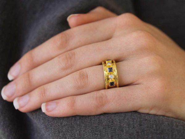 Elizabeth Locke Princess-Cut Blue Sapphire And Round Diamond Straight Cigar Band Ring