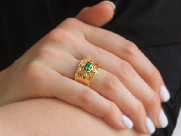Elizabeth Locke Horizontal Oval Faceted Tsavorite Cigar Band With Four Diamonds