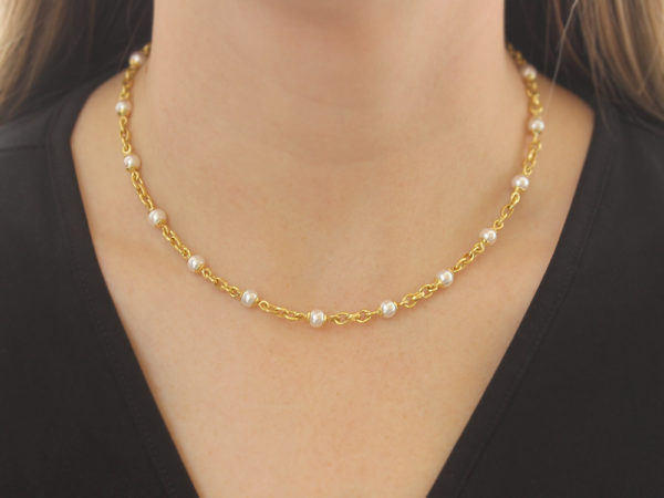 "Elizabeth Locke 17"" Akoya Pearl and Small Gold Link Necklace with Gold Circle Clasp model shot #3"
