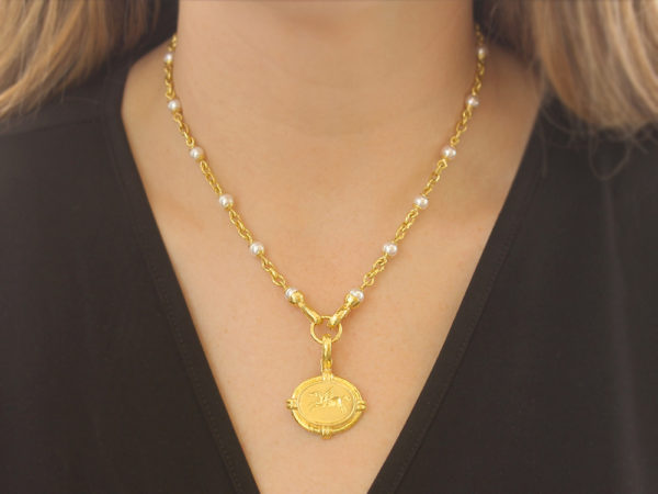 "Elizabeth Locke 17"" Akoya Pearl and Small Gold Link Necklace with Gold Circle Clasp model shot #2"